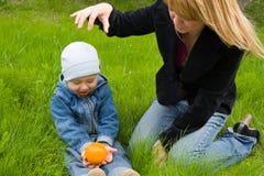 Mom.son.orange Fotos de archivo libres de regalías