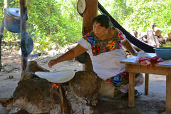 Moman de Maya faisant les tortillas traditionnelles Photographie stock libre de droits