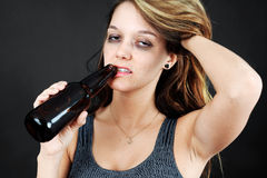 Moman joven alcohólico Foto de archivo libre de regalías