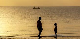 Mombasa, KENIA 8. Januar 2013: Mutter und Tochter auf dem ocea Lizenzfreies Stockfoto