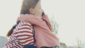 Momen kramar henne dottern stock video