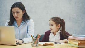 Momen och dottern sitter p? bordl?gga Ha en trevlig tid tillsammans stock video
