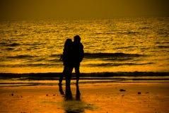 Moment affectueux de point de coucher du soleil sur le ` de plage de ` photographie stock libre de droits