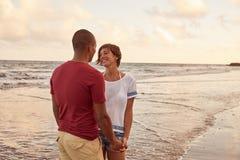 Moment affectueux très intime sur la plage Images stock