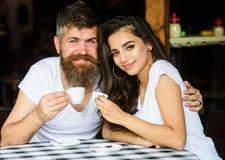 Moment agréable de famille Les couples dans l'amour boivent du café noir d'expresso en café Appréciez le moment avec la tasse de  images libres de droits