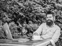 Moment agréable Moment de prise à penser Cassez pour détendre Équipez le hippie barbu font la pause pour le café de boissons et p photos stock