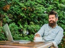 Moment agréable Moment de prise à penser Cassez pour détendre Équipez le hippie barbu font la pause pour le café de boissons et p photographie stock