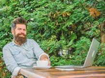 Moment agr?able Moment de prise ? penser Cassez pour d?tendre ?quipez le hippie barbu font la pause pour le caf? de boissons et p image libre de droits