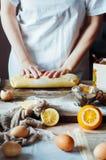Moment av danande som lagar mat den sandiga kakan med körsbärsröd fyllning: blandning Royaltyfria Bilder
