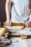 Moment av danande som lagar mat den sandiga kakan med körsbärsröd fyllning: blandning Royaltyfri Fotografi