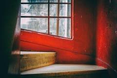 Moment av en spiraltrappuppgång med röda och vita väggar Arkivfoto