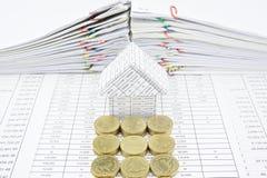 Moment av guld- mynt framme av huset Arkivfoton