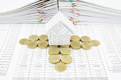 Moment av guld- mynt runt om hus Royaltyfri Foto