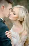 Moment avant un baiser entre les nouveaux mariés renversants Photographie stock libre de droits
