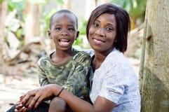 Moment de détente entre la mère et le fils Images libres de droits