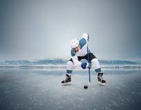 Moment de hockey sur glace de remise en jeu sur le lac congelé Photo libre de droits