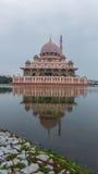 Moment de lever de soleil à la mosquée de Putra Photo stock