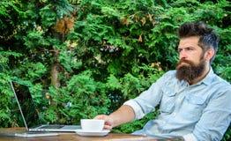 Moment de prise à penser Équipez le hippie barbu font la pause pour le café de boissons et pensent tandis que reposez-vous avec l image stock