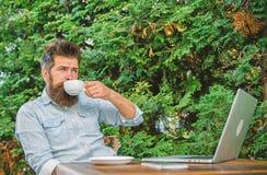 Moment de prise pour apprécier la vie Le type boit le fond de détente de branches de terrasse de café cappuccino d'arome Moment a images stock