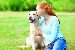 Moment des Glückes! Glückliche Eigentümerfrau umarmt Kuss golden retriever-Hund auf Gras Stockfotografie