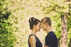 Moment doux de l'amour entre deux personnes Photos stock