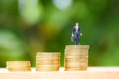 Moment för guld- mynt upp att växa för framgång för affär för man för bunt för pengar för mynt för trappuppgång för framgångbegre arkivfoto
