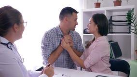 Moment heureux dans la vie des jeunes, le ménage marié sain découvre d'un docteur au sujet de grossesse dans la chambre de cliniq banque de vidéos