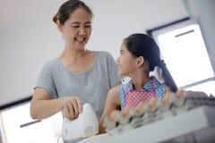 Moment heureux de famille dans la cuisine image libre de droits