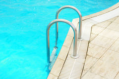 Moment i en pöl för blått vatten Royaltyfri Fotografi