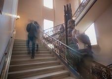 Moment imparable tout en marchant vers le haut des escaliers Images stock