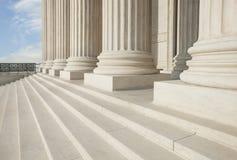 Moment och pelare av högsta domstolenbyggnaden i Washington DC Arkivfoto