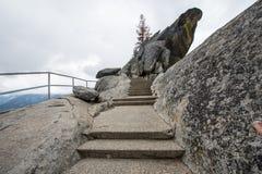 Moment och trappa längs den Moro Rock vandringen i sequoianationalpark royaltyfria foton
