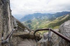 Moment och trappa längs den Moro Rock vandringen i sequoianationalpark arkivfoton