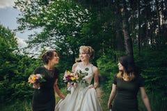 Moment positif de la jeune mariée avec des amis avant d'épouser à l'avant Photographie stock libre de droits
