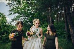 Moment positif de la jeune mariée avec des amis avant d'épouser à l'avant Photographie stock