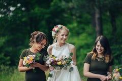 Moment positif de la jeune mariée avec des amis avant d'épouser à l'avant Photo stock