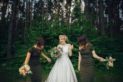 Moment positif de la jeune mariée avec des amis avant d'épouser à l'avant Photos libres de droits
