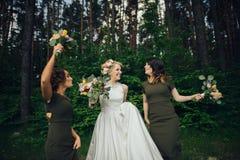 Moment positif de la jeune mariée avec des amis avant d'épouser à l'avant Images libres de droits