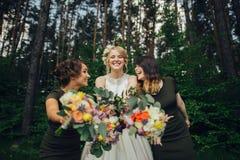 Moment positif de la jeune mariée avec des amis avant d'épouser à l'avant Images stock