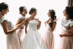 Moment positif de la jeune mariée avec des amis avant d'épouser Images libres de droits