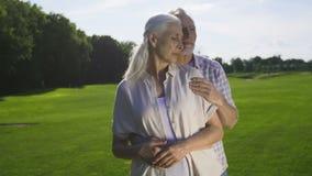 Moment romantique tendre des couples supérieurs retirés banque de vidéos