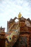 Moment som tillber statyn av Buddha Arkivfoto