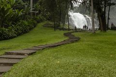 Moment som upp till leder den Wachirathan vattenfallet, Doi Inthanon Thailand arkivbild
