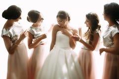 Moment spécial de la jeune mariée avec des amis avant d'épouser Photographie stock