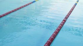 Moment-Tauchathlet in der Schwimmen stock footage