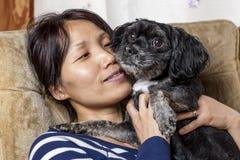 Moment tendre entre la femme et le petit chien Images libres de droits