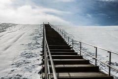 Moment till överkanten av monteringen Trashmore med snö Royaltyfri Bild