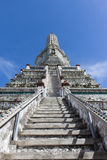 Moment upp till Stupaen på Wat Arun Royaltyfria Bilder