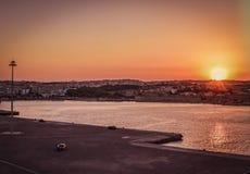 Momente vor der Abfahrt mit der Fähre in Rhodos-Hafen, der die goldene Stunde des Himmels während des Sonnenuntergangs genießt lizenzfreies stockfoto