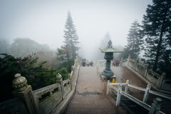 Momenten till Tian Tan Buddha (den stora Buddha) i dimma, på NGO Royaltyfria Bilder